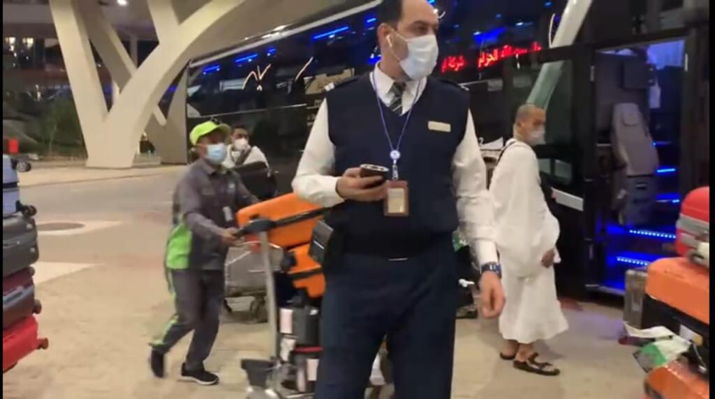 petugas bandara.jpg